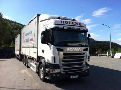 Gamle og nye bilar i Holene